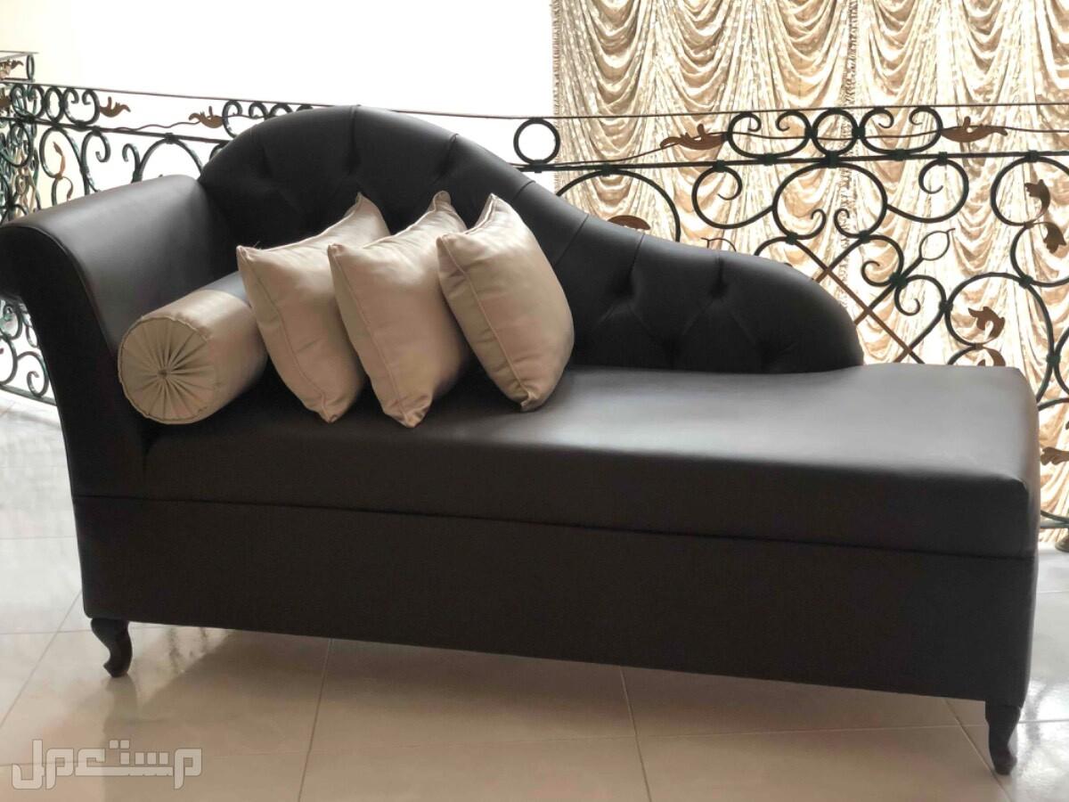 اريكة جلد بني غامق فخمة ونظيفة