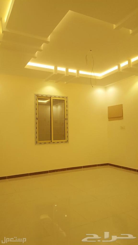 شقه فاخره مكونه من 4 غرف و 2 دورات مياه ومطبخ وصاله  خزان سفلي وخزان علوي