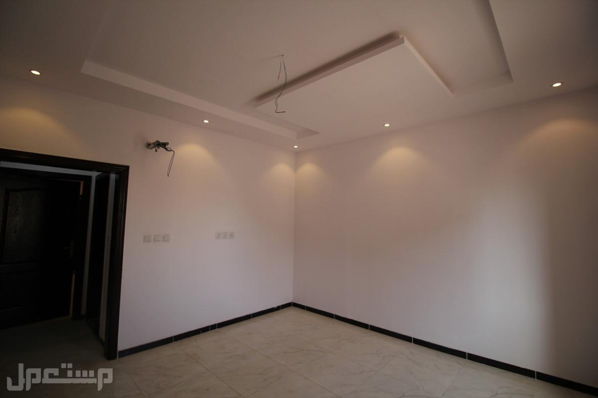 شقه 5 غرف أماميه بمدخلين + 3 دورات مياه وصاله ومطبخ مساحة 150م 310 الف ريال