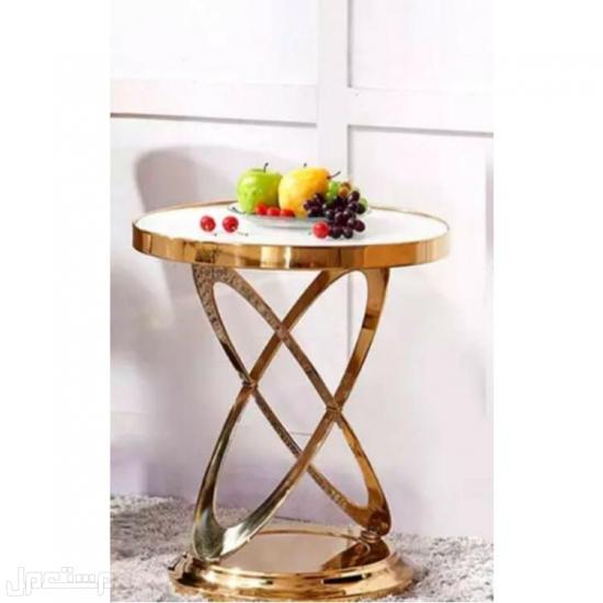 طاولة جانبيه لون ذهبي بسطح رخام ابيض سطح رخام ابيض
