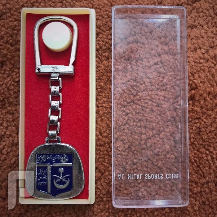 ميدالية قديمة بشعار نادي الهلال السعودي