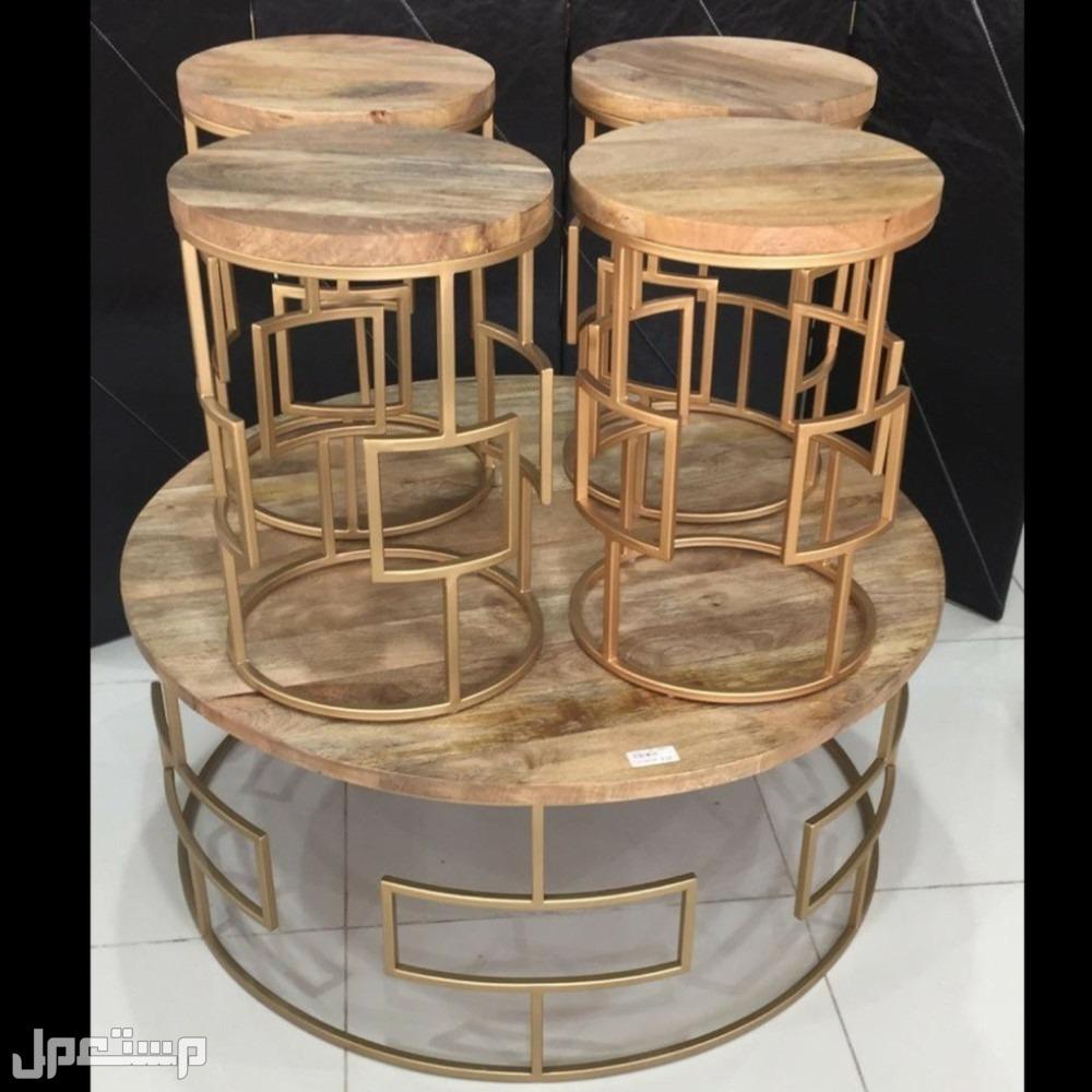 طاولة حديد ذهبي