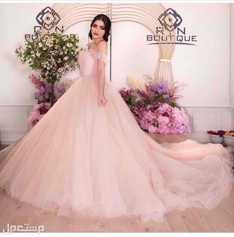 فستان ملكة من بوتيك RN صورته على العارضه في الموقع