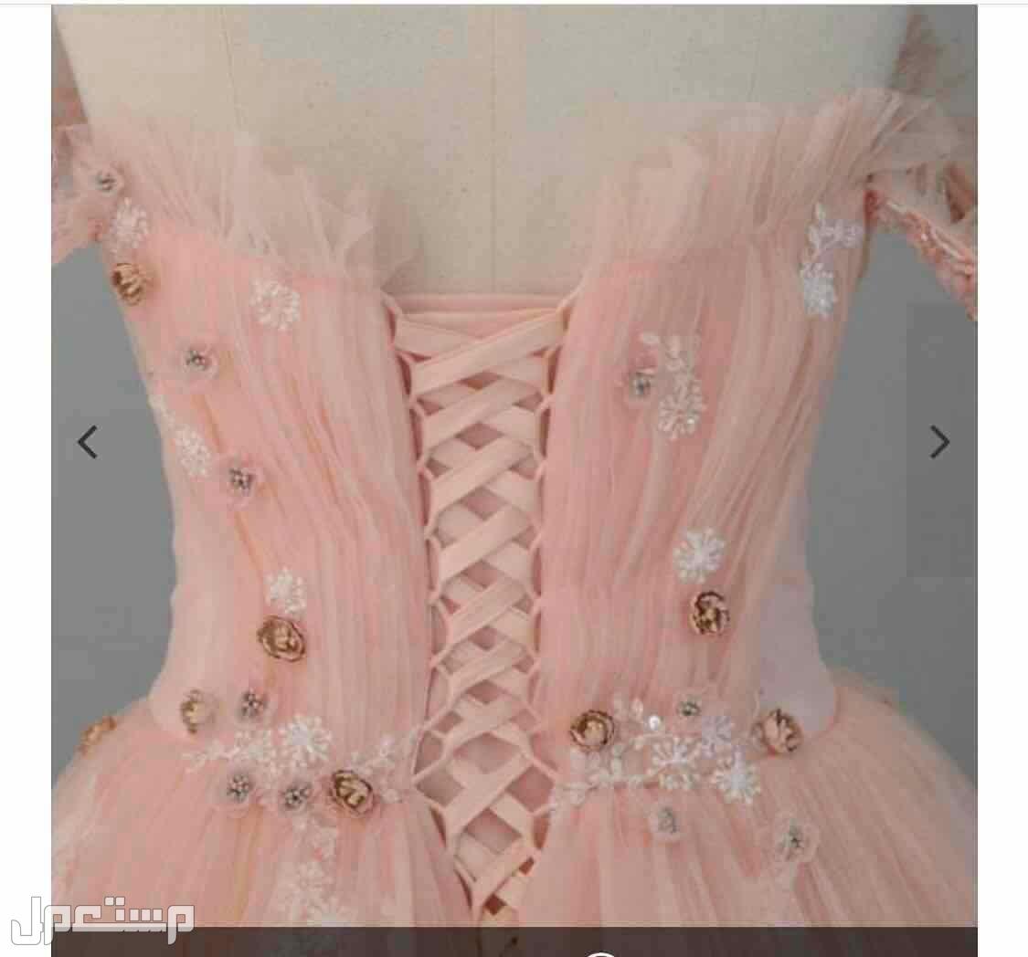 فستان ملكة من بوتيك RN من الموقع الصوره من الخلف