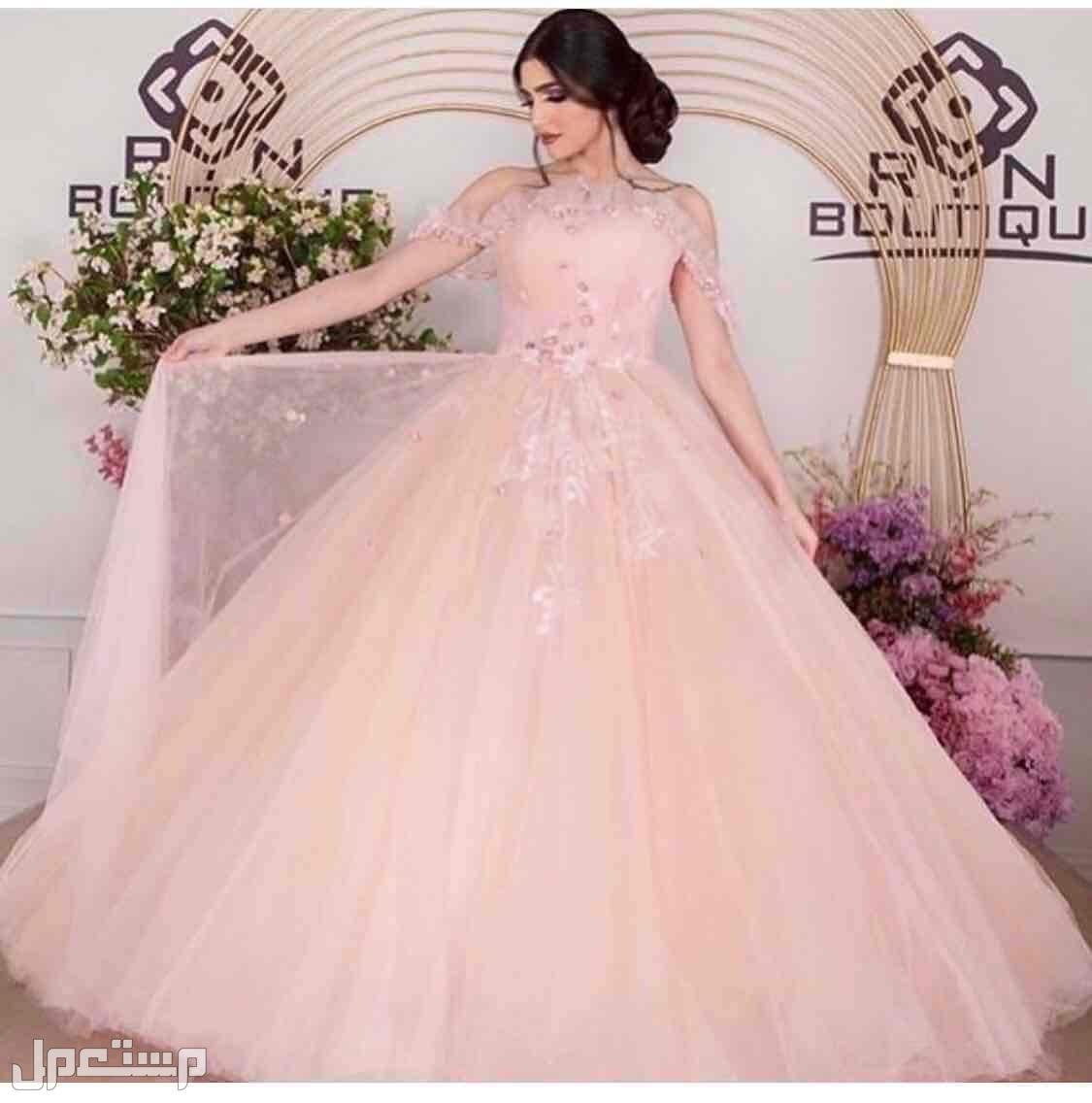 فستان ملكة من بوتيك RN على العارضه في الموقع