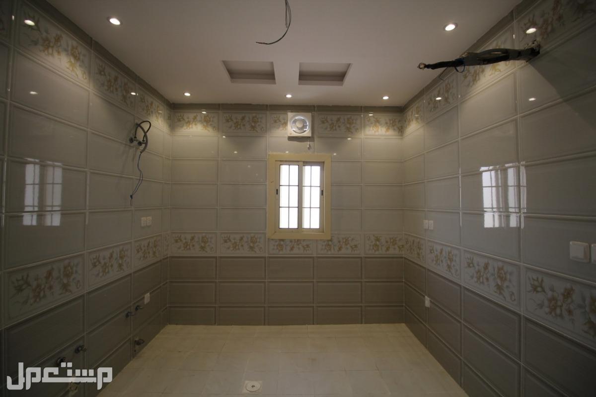 شقة 5غرف للبيع بمساحة واسعة بـ جدة   5 غرف 3 دورات مياه مطبخ وصاله