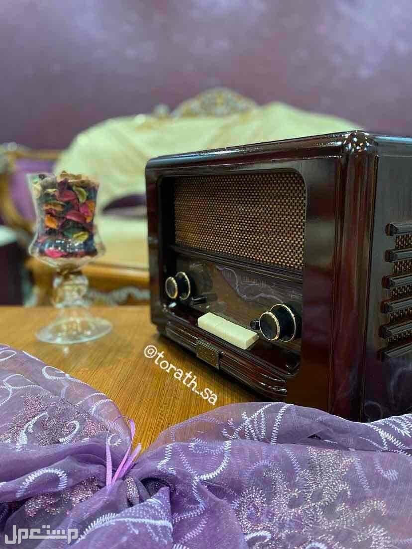 راديو ذو شكل كلاسيكي مناسب للهدايا ومشب ملحق مجلس
