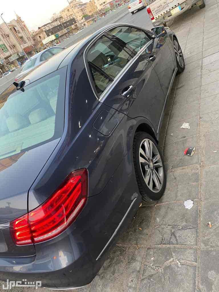 السيارة نظيفة لم تتعرض لحادث او صدمات او خدوش من الجنب