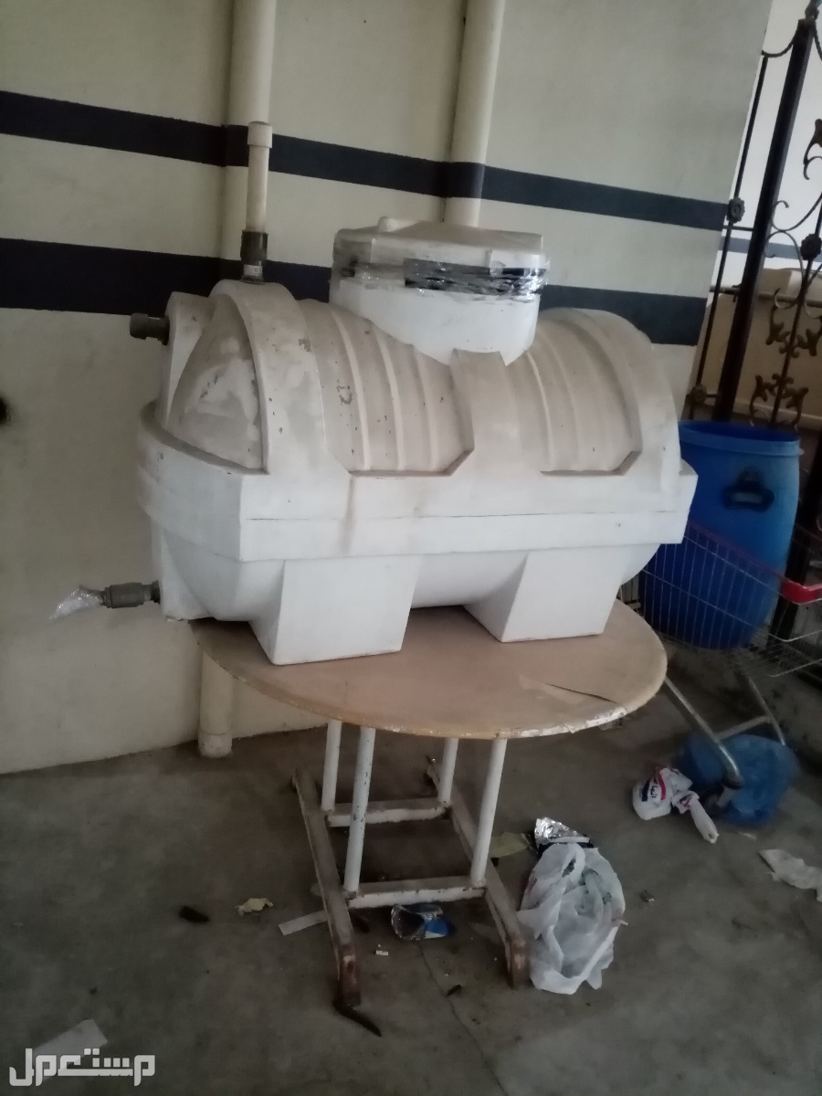 خزان ماء ربع متر مع طاولة حديد وعربة سوبر ماركت