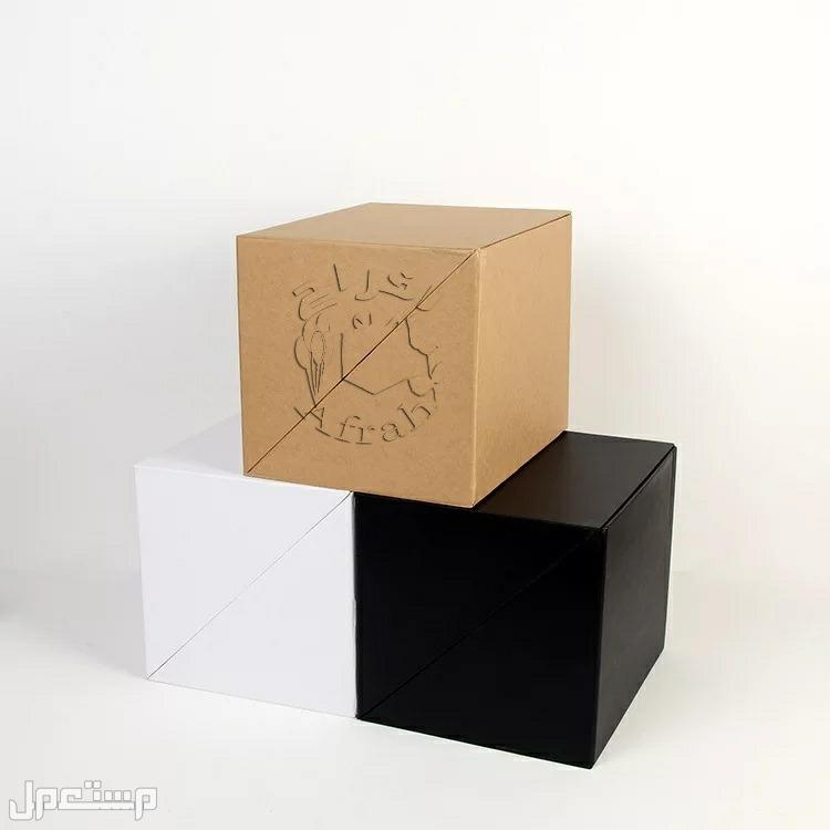 صندوق موجود بداخله شاشة ال سي دي لعرض الفيديو والصور وتعمل الشاشة