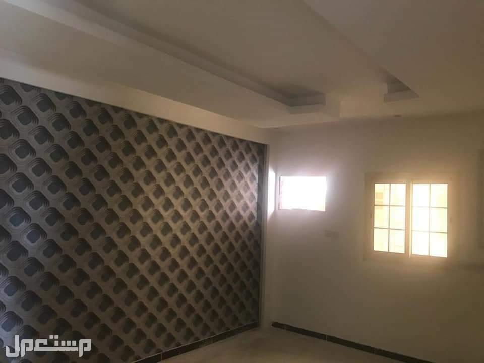 شقه روف خمس غرف و4 دورات مياه وصاله ومطبخ مدخلين  مساحه 255م