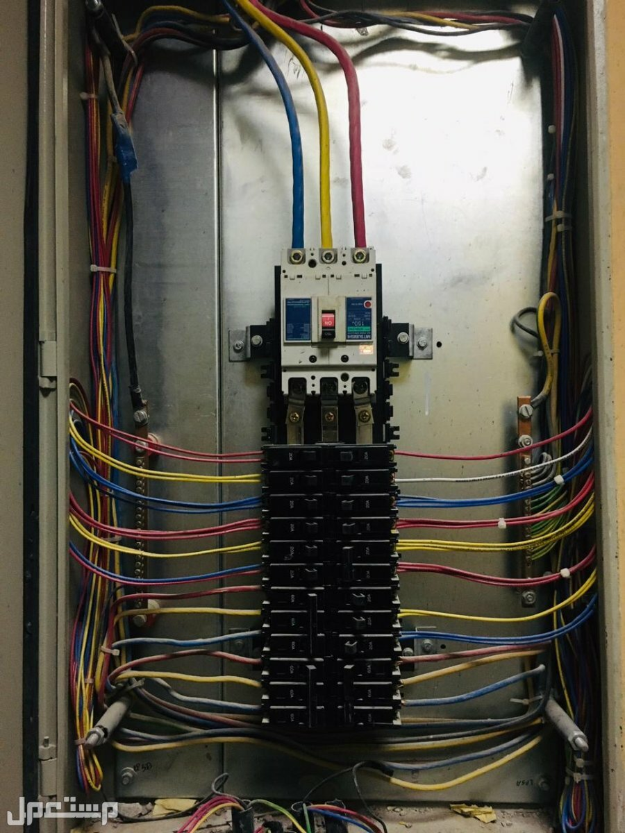 الكهربائي علي كهربائي متخصص في جميع اعمال الكهرباء