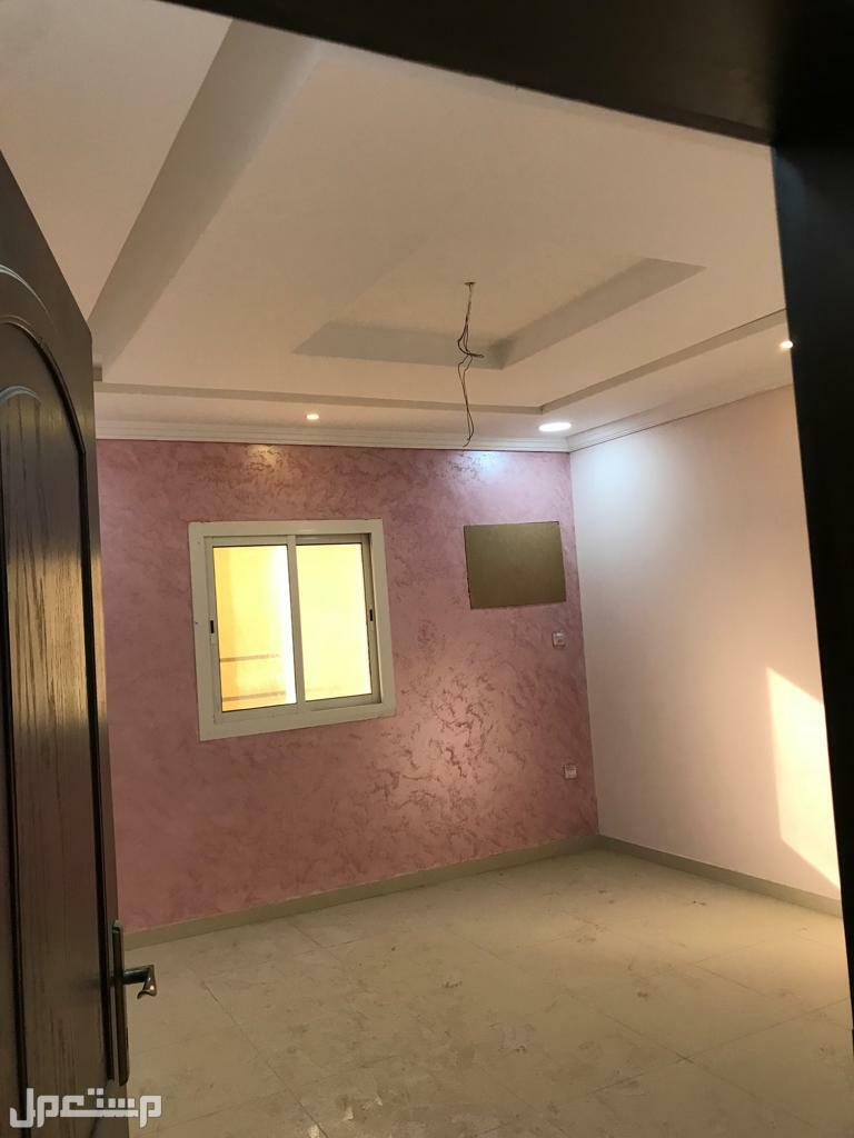 شقه 4 غرف كبيره اماميه للبيع بحي التيسير