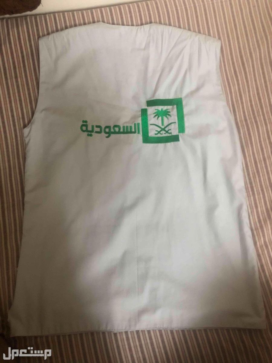 سديري عملي بجيوب عليه شعار القناه السعوديه مقاس L