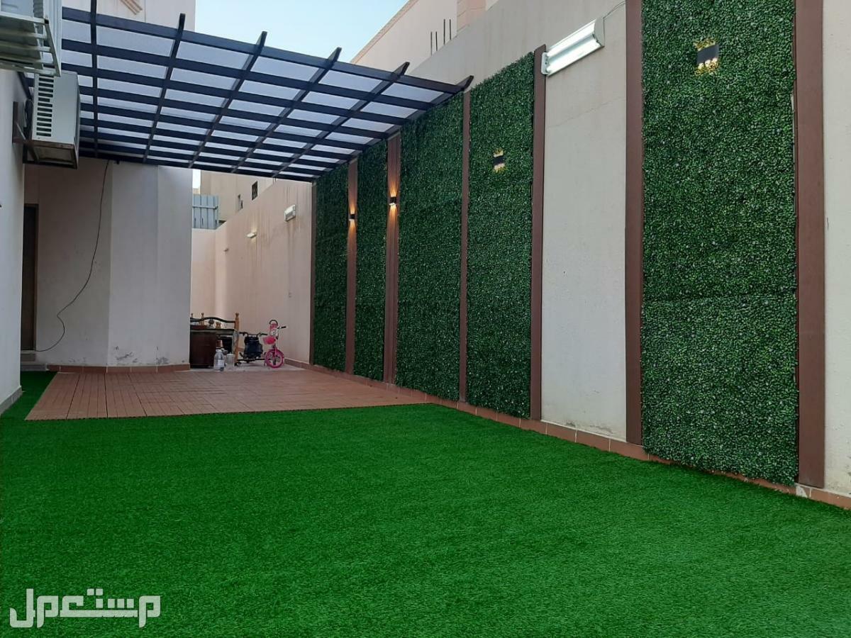 تنسيق حدايق وعشب صناعي مظلة مربعاا وعشب زهرة الياسمين جداري