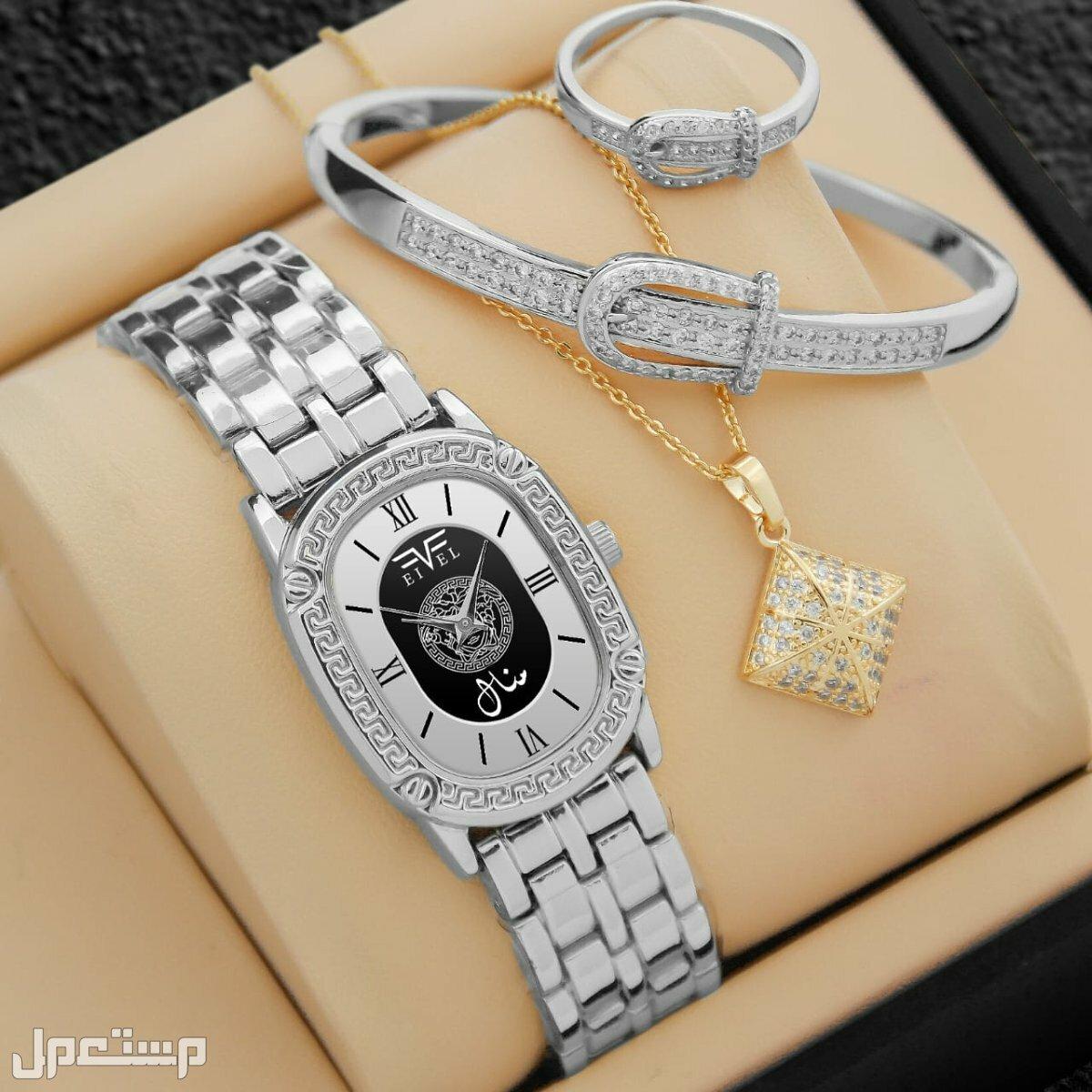 ساعة نسائية شكل فرزاتشي مع تصميم الاسم حسب الطلب