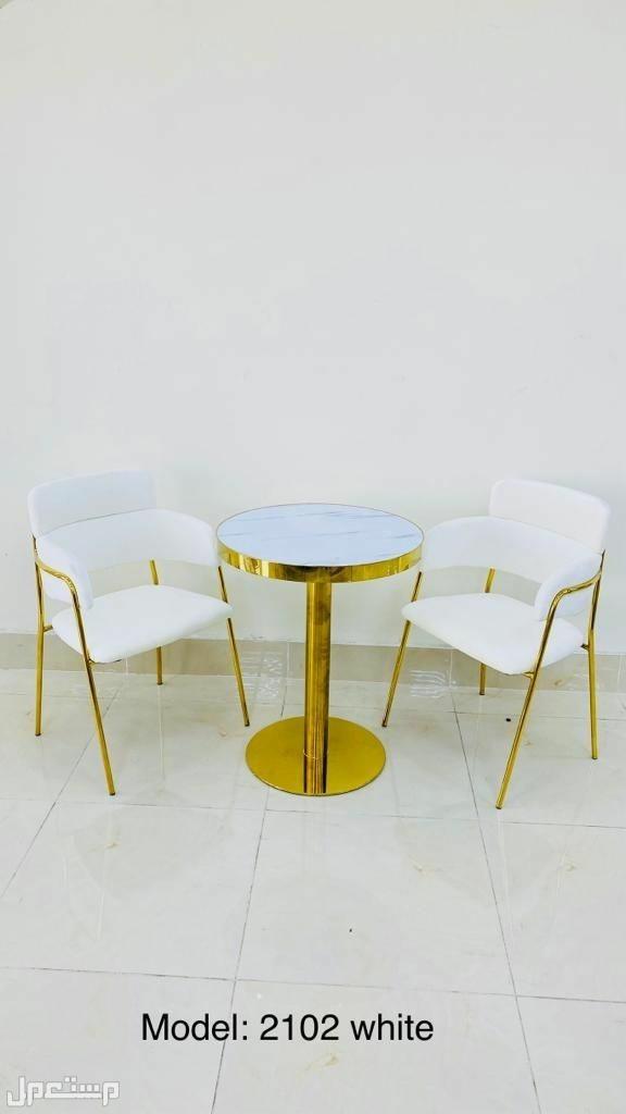 طاولة مع كرسيين فاخرة