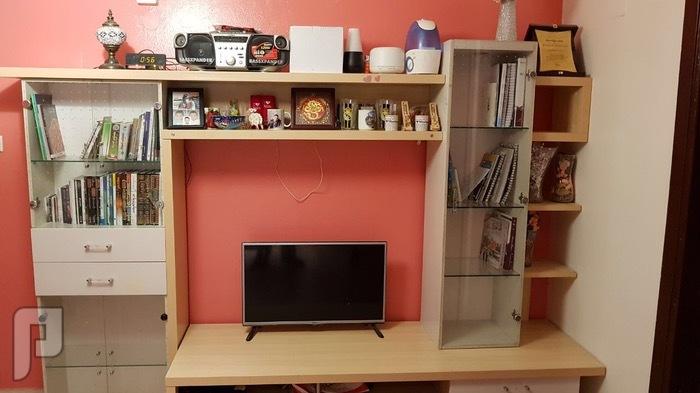 مكتبه بسعر مغري للبيع و طاولة تلفزيون من ايكيا