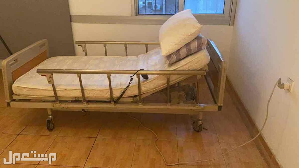 سرير طبي كهربائي وكرسي بعجلات لذوي الاحتياجات الخاصه