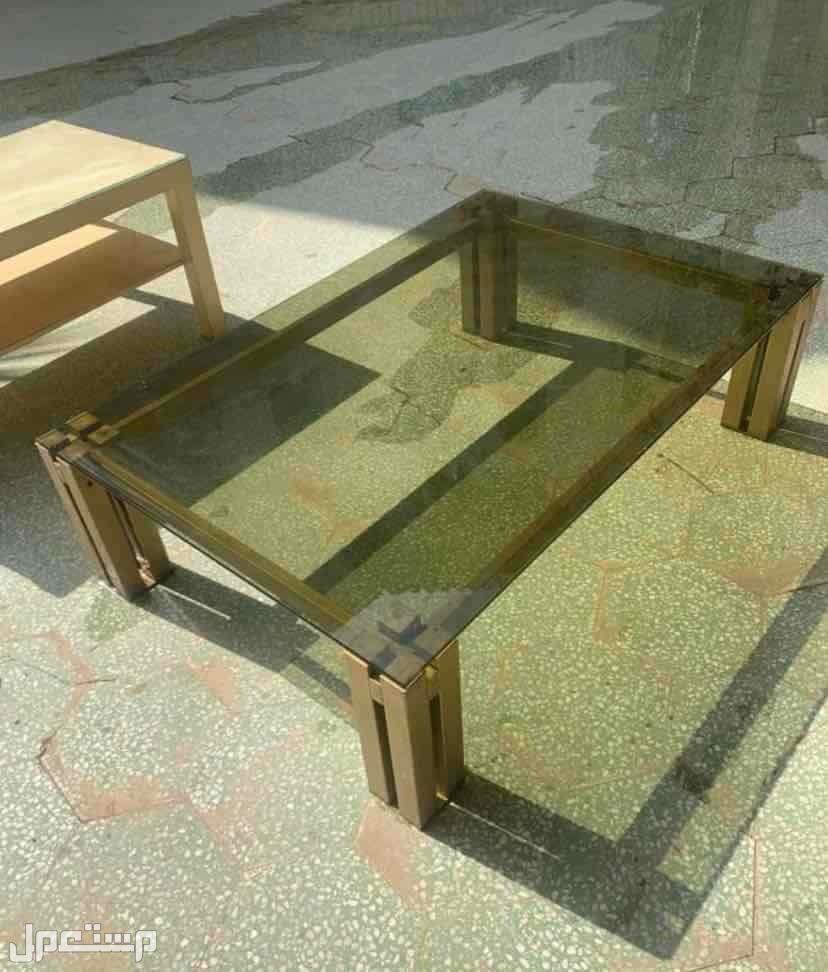 طاولتين واحده خشب و قذاز و الثانيه حديد و قزاز