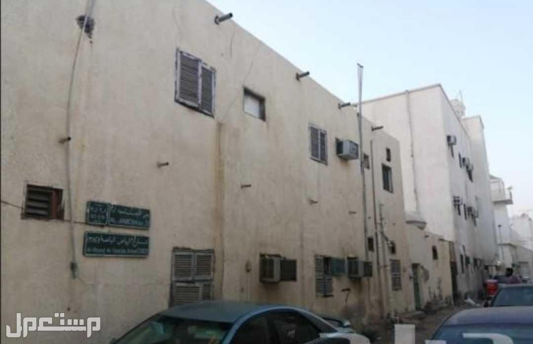 للبيع ارض بجده حي الجامعة مبنى عليها بيت شعبي دورين