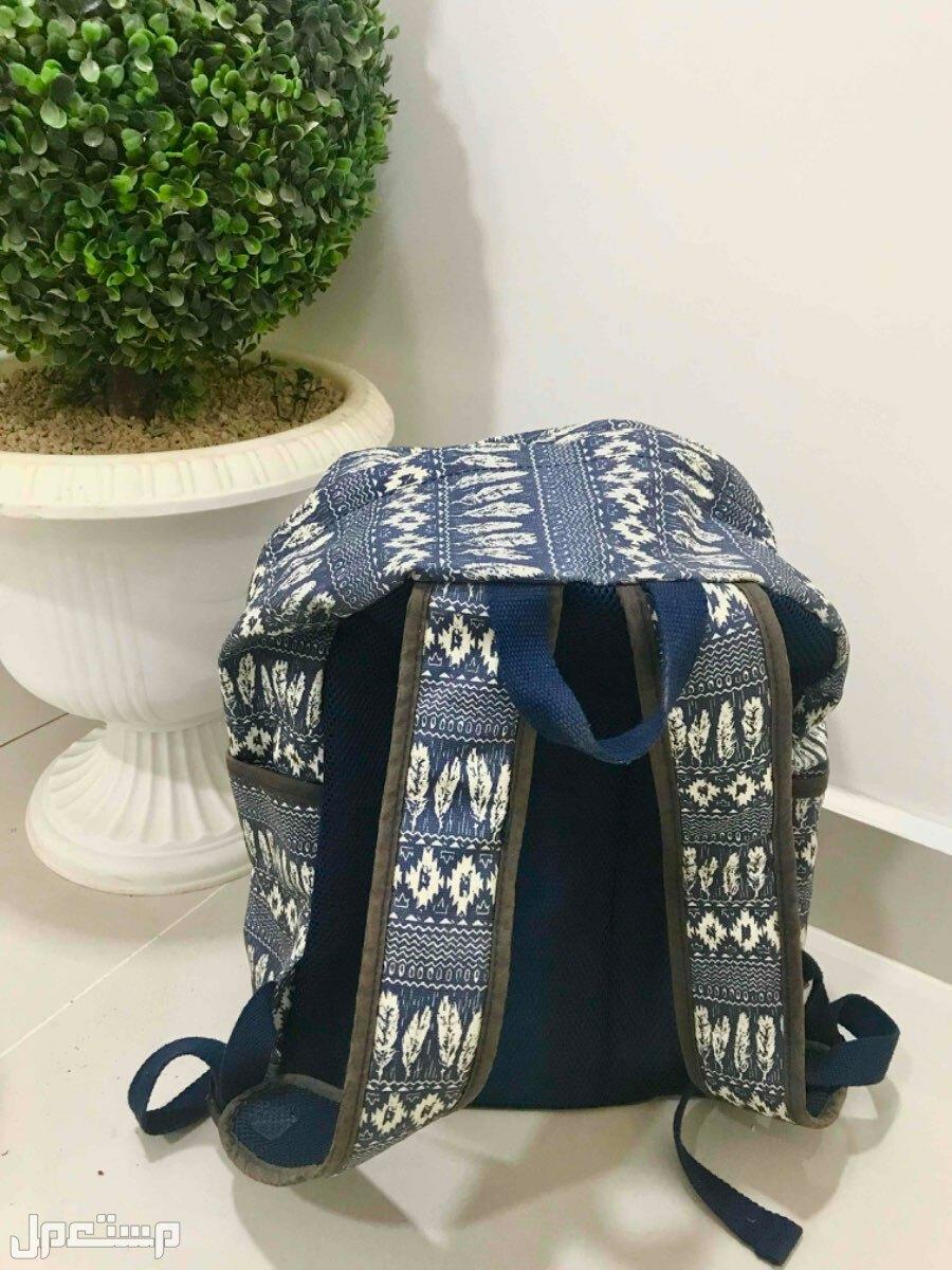 حقيبة ظهر لون ازرق + هدية عشوائية من الخلف