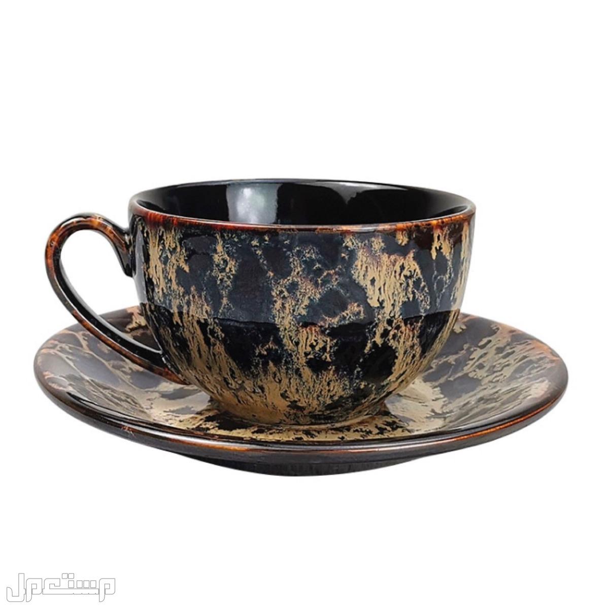 كوب قهوة مع صحن صناعة يدوية