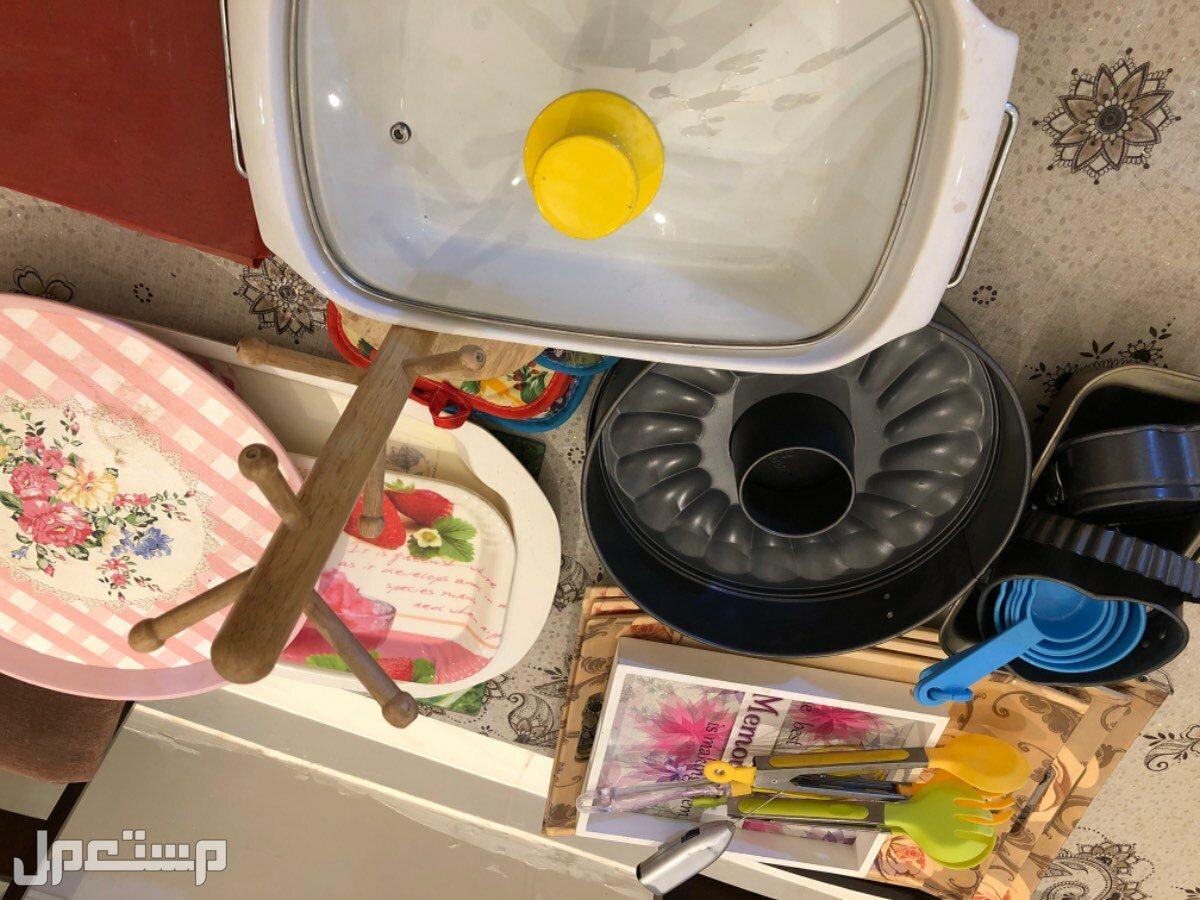 ادوات مطبخ ومكنسة كهربائية و2 طابعة