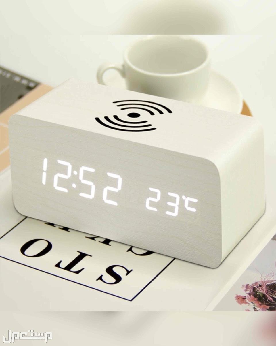 * ساعة مكتبية مع شاحن لاسلكي بتصميم خشبي عصري ومميز.