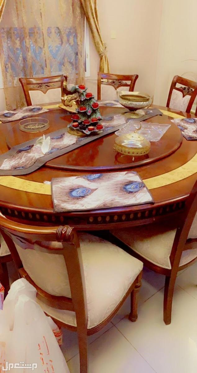 طاولات من مفروشات المطلق