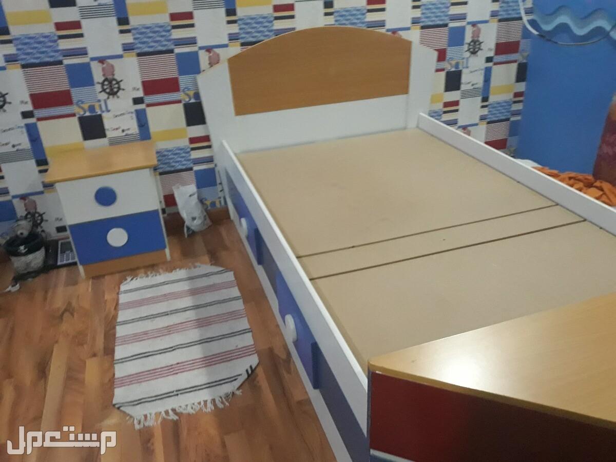 سرير ودولاب و كومدينه وطاولة مكتب للبيع جميعا او على حده