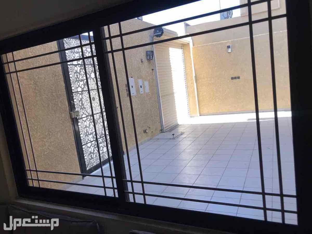 للبيع فيلا م435 درج صالة + شقتين بحي العزيزيه (الرياض)