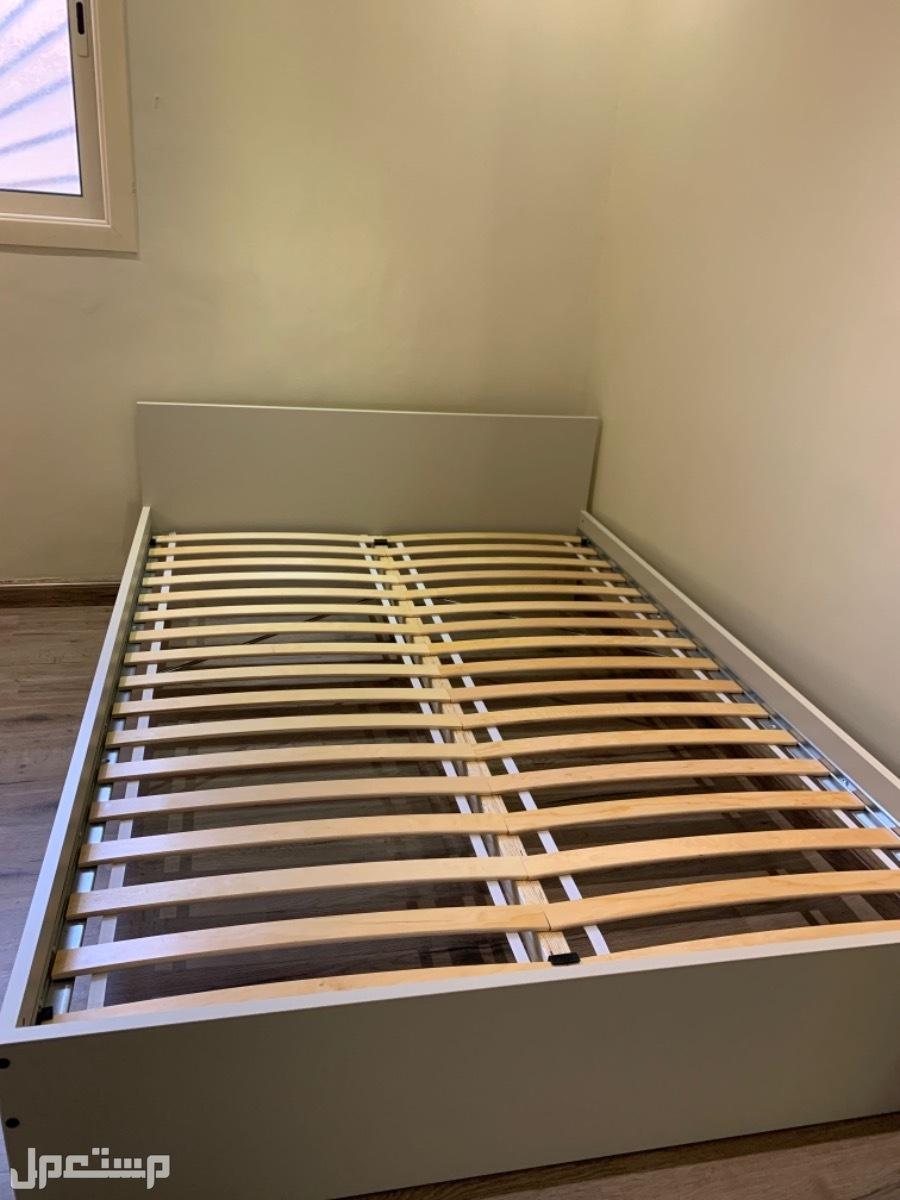 سريرين كل سرير حجمه نفر ونص