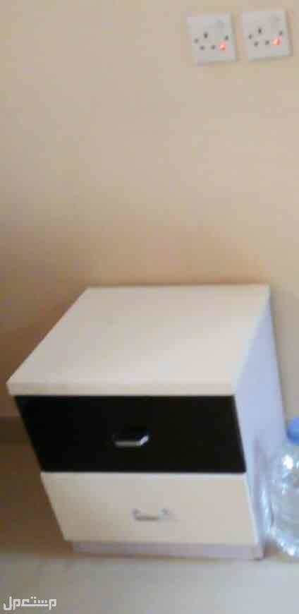 طاولة سرير جانبية ( كومدينو) بدرجين - ابيض في اسود