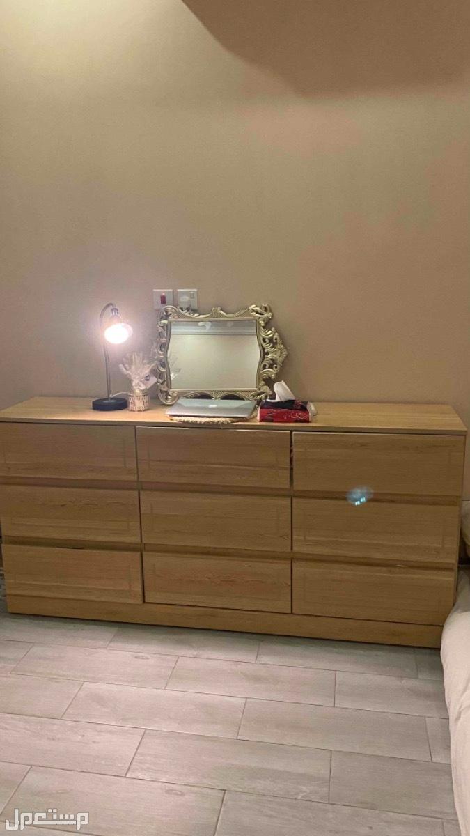 للبيع مكتب خشب ودولاب للتخزين مع طاولات جانبيه خشب