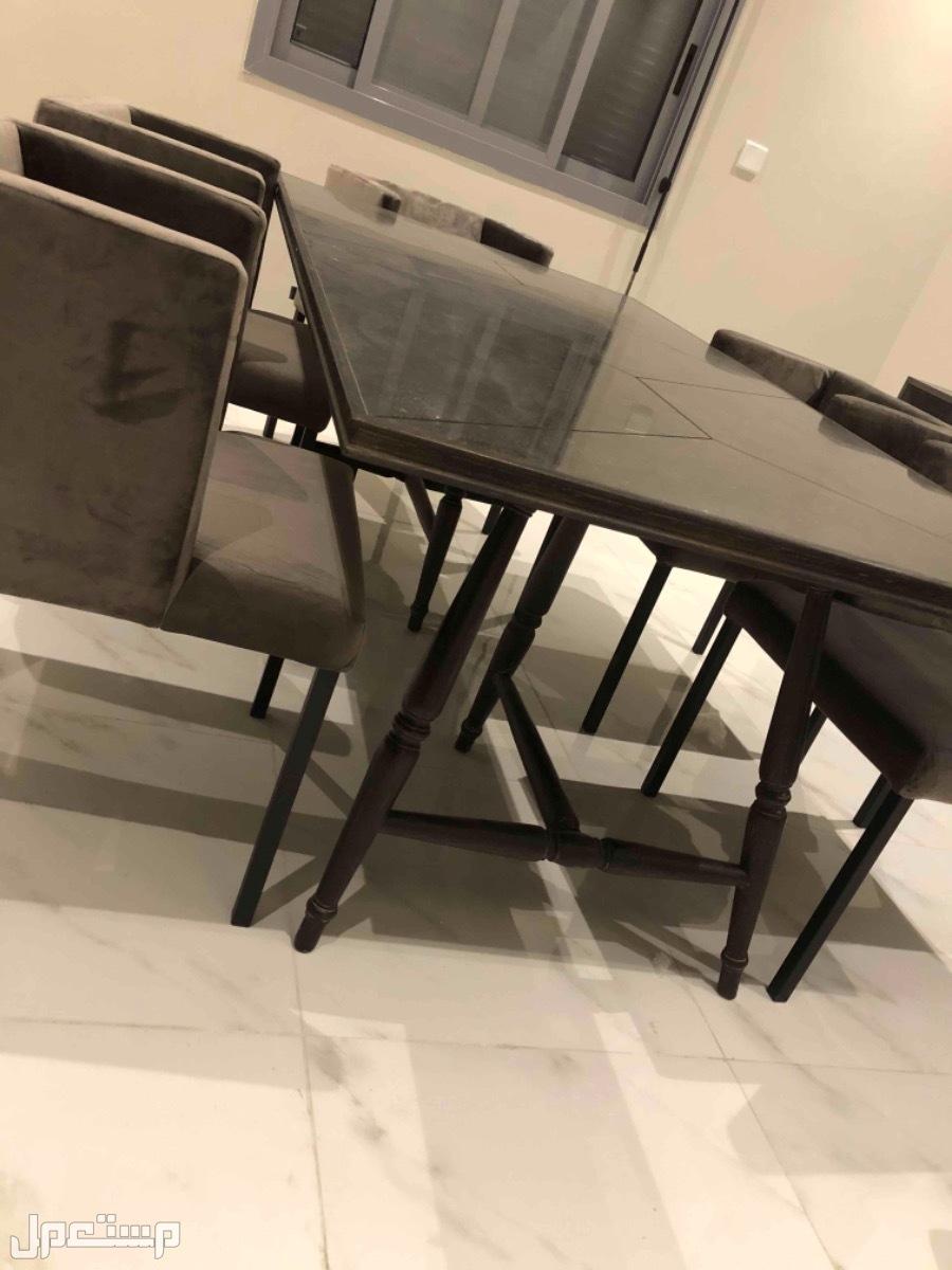 طاوله طعام وكراسي و خزانه