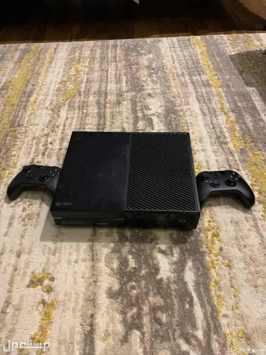 Xbox One 1 TB مع يدين وسماعات للبيع