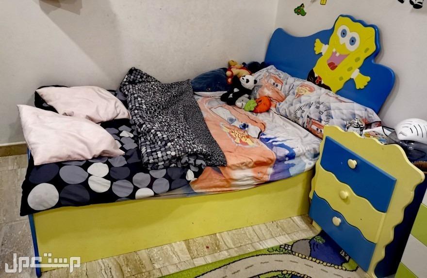 متفرقات للبيع بالرياض سرير مترين معه دلاب وواحد كمود