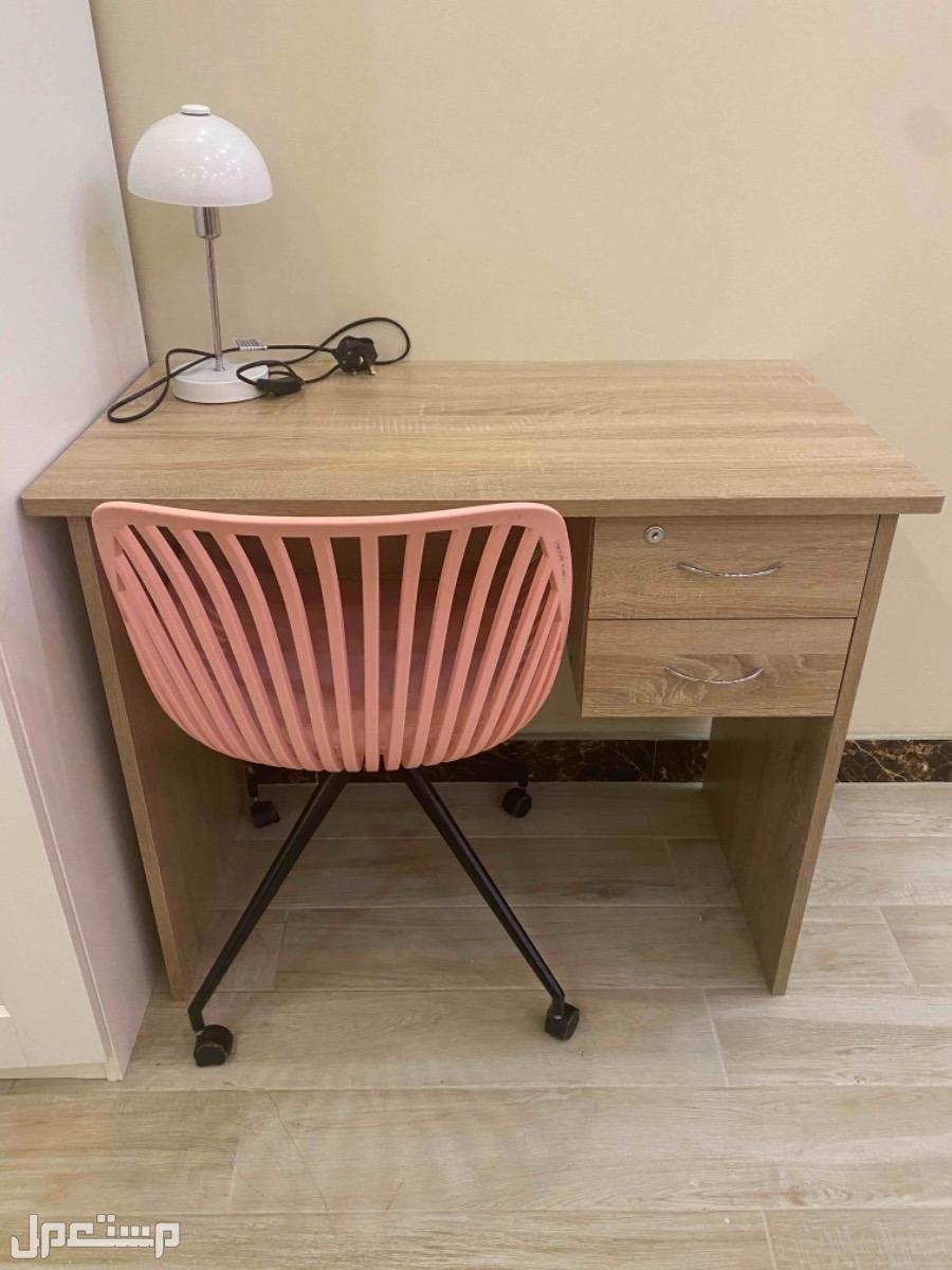 مكتب وكرسي ومصباح اضاءه للبيع