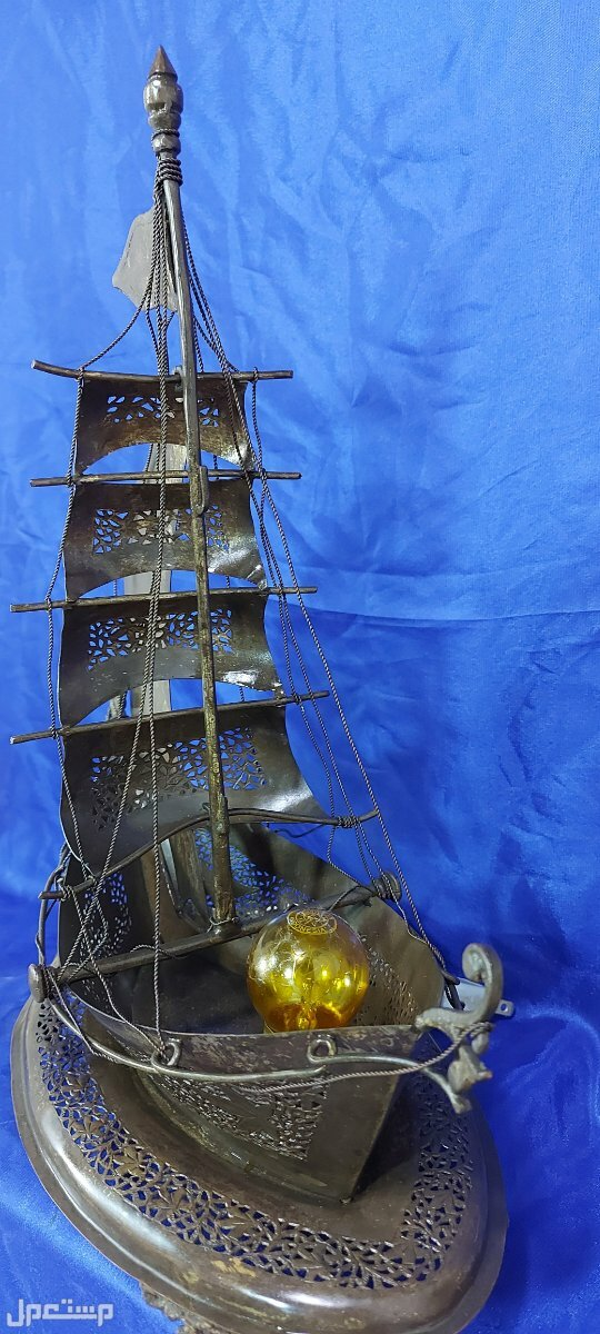 مجسم جميل ومتقن للقارب الشراعي