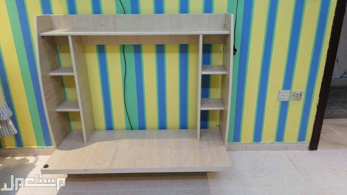 مكتبه للدراسه  تتعلق بالجدار وطابعه hp ومنفاخ بالونات وسكيت للاطفال وخوذه