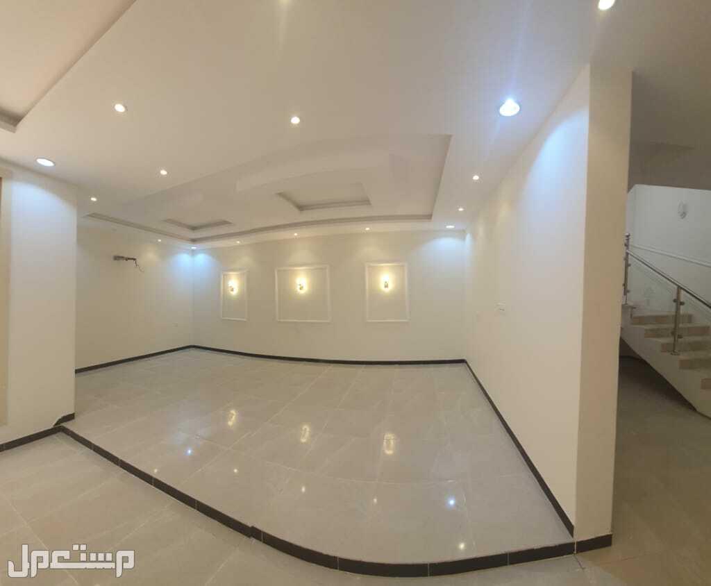 شقه 5غرف اماميه للبيع ساكن اول بخدماتها حصري