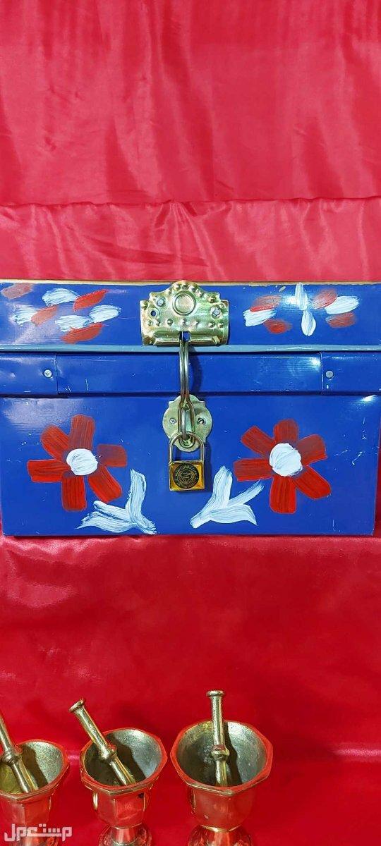 صندوق تنك شغل تراثي جميل استعمل لحفظ المجوهرات والنقود والمقتنيات الثمينة.