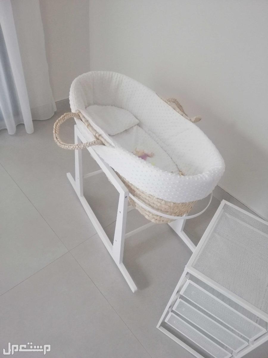 سرير أطفال خوص هزاز مستعمل للبيع