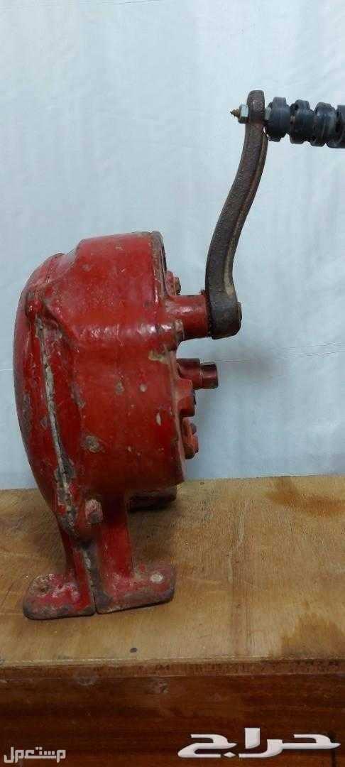 تراث منفاخ يدوي حديد قديم وثقيل مع قاعدته قطعة تراثيةقديمة وشغالة