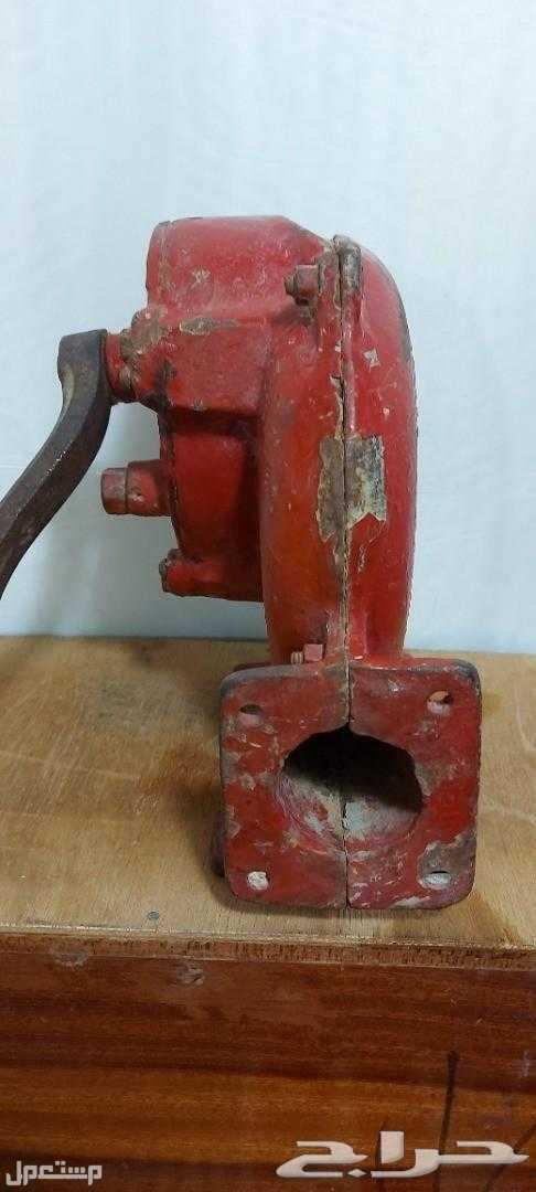 تراث منفاخ يدوي حديد قديم وثقيل مع قاعدته شغال بسلاسة شرط ويوجد فديو