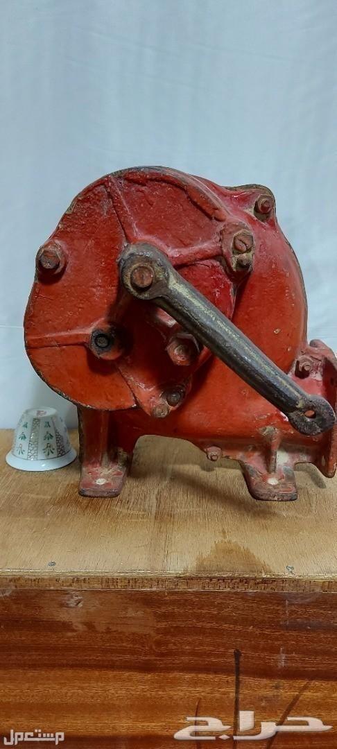 تراث منفاخ يدوي حديد قديم وثقيل مع قاعدته مع قاعدة جاهزة للتثبيت للعرض او الاستعمال