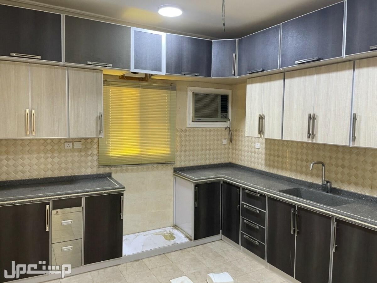 شقة اربع غرف بمكيفات ومطبخ