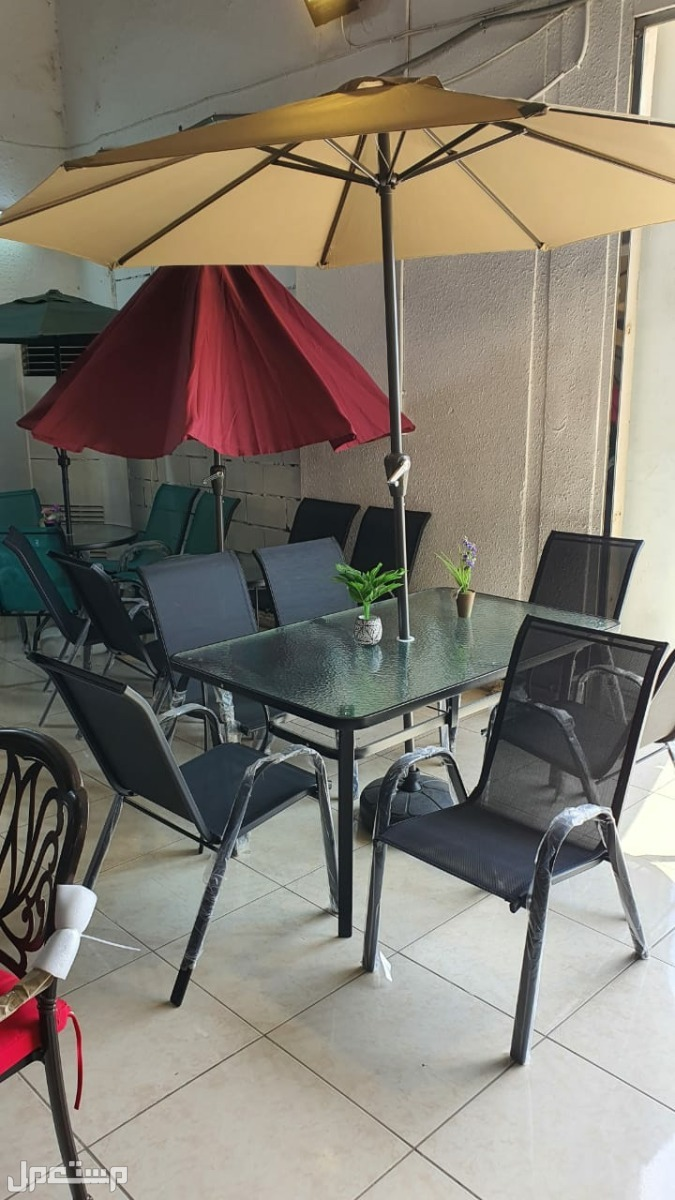 طاولة زجاج خامة ممتازه مع كراسي ومظلة جديده بالكرتون بسعر مخفض