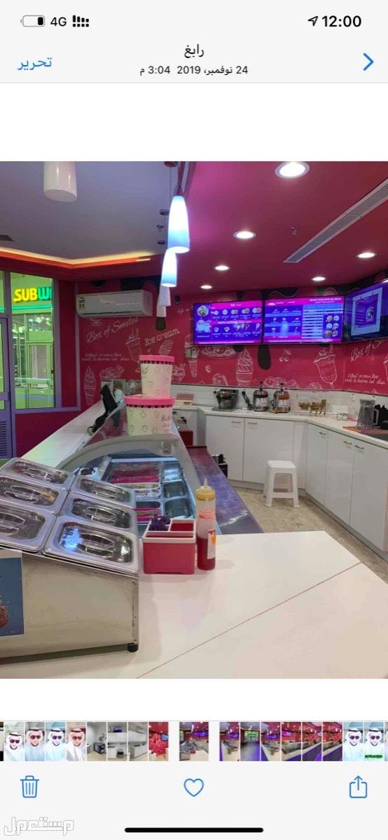 ثلاجات وادوات محل كوفي وايس كريم نظيفه جدا للبيع صندوق الاضافات